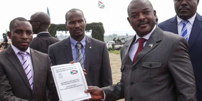 Le président burundais, Pierre Nkurunziza (à dr.), exhibe la nouvelle Constitution adoptée par référendum en mai 2018 qui lui permet d'effectuerdeux septennats supplémentaires dès 2020.