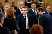 Emmanuel Macron saluant la philosophe Monique Canto-Sperber lors du débat avec les intellectuels, lundi 18 mars, à l'Elysée.