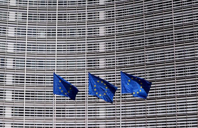 Drapeaux européens devant l'immeuble de la Commission de Bruxelles.