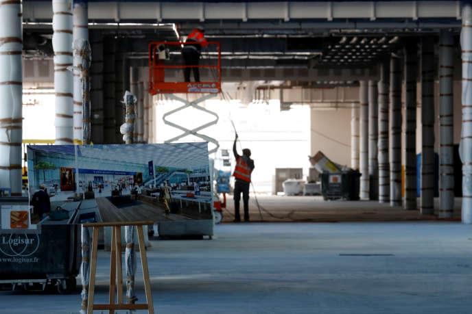 Des ouvriers construisent le bâtiment qui relie les terminaux Ouest et Sud de l'aéroport d'Orly, en avril 2018.