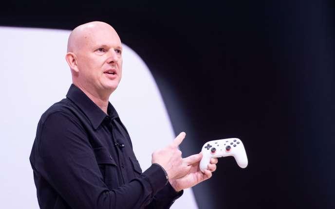 Phil Harrison, directeur de la division jeu vidéo de Google, présente la manette Stadia, enmars2019.