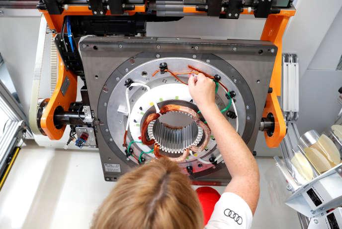 Une ouvrière fabrique une partie des moteurs électriques à l'usine Audi de Gyor, en Hongrie, le 24 juillet 2018.