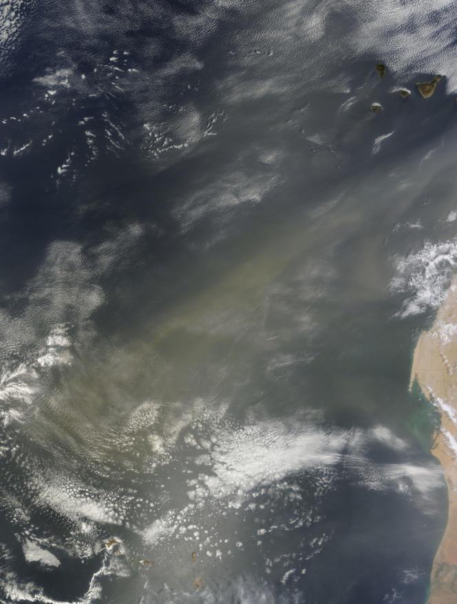 Image de la NASA du 11 août 2011, montrant un panache de poussières du Sahara traversant l'océan Atlantique jusqu'au Cap Vert.