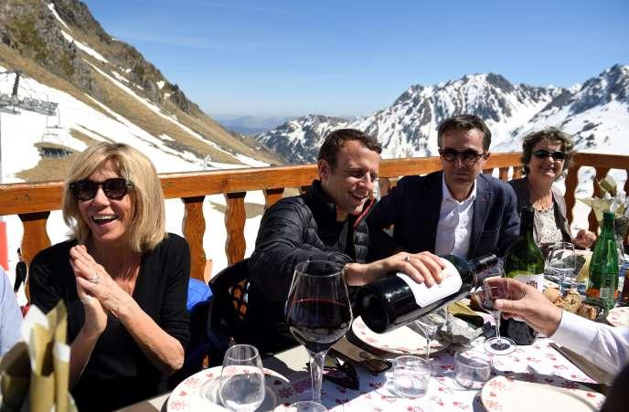 Emmanuel Macron et son épouse, Brigitte, lors d'un déjeuner en montagne dans la station La Mongie, à Bagnères-de-Bigorre (Hautes-Pyrénées), le 12avril 2017.