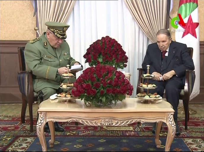 Capture d'une vidéo montrant le président Abdelaziz Bouteflika (à droite) avec le chef de l'armée, Ahmed Gaïd Salah, à Alger, le 11 mars.
