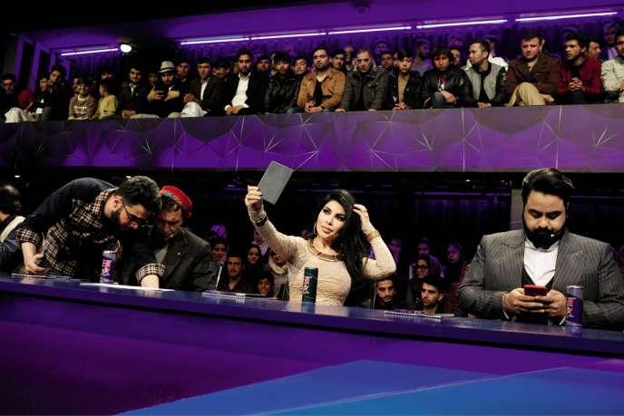 Aryana Sayeed sur le plateau de l'émission « Afghan Star ».
