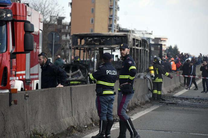 Le bus qui transportait 51 collégiens près de Milan a été calciné, le 20 mars.