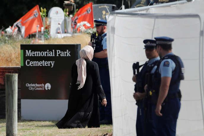 Les proches des victimes de l'attentat de Christchurch arrivent au cimetière Memorial Park, le 20 mars.