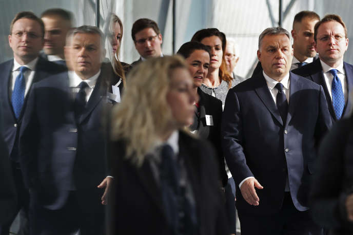 Le premier ministre hongrois, Viktor Orban, arrive au Parlement européen à Bruxelles, mercredi 20mars, avant un vote crucial pour son parti.