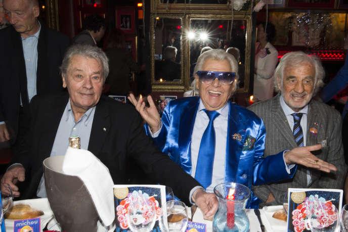 Michou junto a los actores Jean-Paul Belmondo (d) y Alain Delon (g) el 20 de junio de 2016 en París, con motivo de la celebración del 85 cumpleaños de Michou y el 60 aniversario de su cabaret.