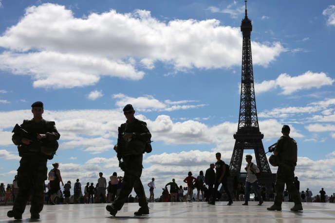 Soldats de l'opération Sentinelle, en juin 2017, sur l'esplanade du Trocadéro à Paris.