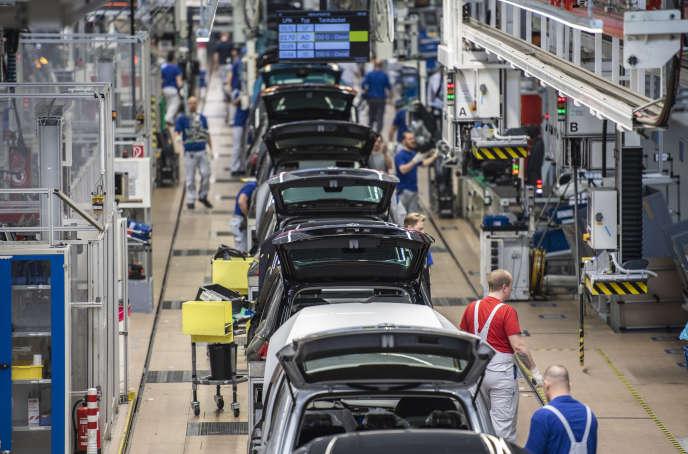 Sur une ligne de production du constructeur allemand Volkswagen, à Wolfsburg (Basse-Saxe), le 1er mars.