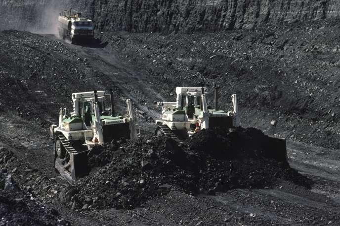 «BNP Paribas Asset Management exclura désormais de ses portefeuilles les entreprises qui génèrent plus de 10 % de leur chiffre d'affaires dans l'extraction du charbon ou qui représentent 1 % ou plus de la production mondiale» (Mine de charbon en Australie).