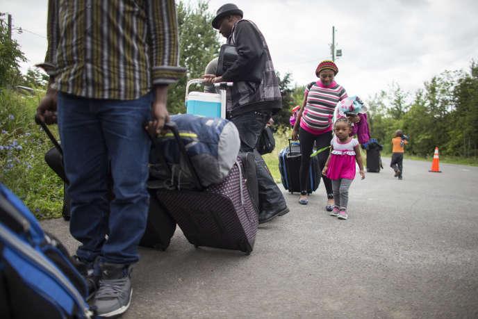 Des immigrants entrent au Québec depuis les Etats-Unis, en août 2017.