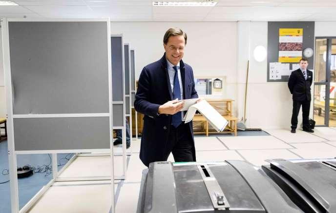 Contraint de rechercher des alliés pour faire passer ses futurs projets dans les deux assemblées, M.Rutte tentera d'obtenir prioritairement le soutien des Verts et devra donc gouverner plus à gauche, ce qui n'ira pas sans susciter des tensions dans les rangs de son propre parti.