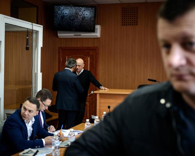 Le 13 mars, au tribunal d'Odessa, le maire, Guennadi Troukhanov, en discussion avec l'un de ses avocats avant l'ouverture de son procés pour détournement de fonds publics.