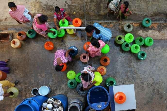 Des habitants de Bangalore (Inde) attendent de collecter de l'eau potable sur un robinet de la communauté,le 18 mars 2015.