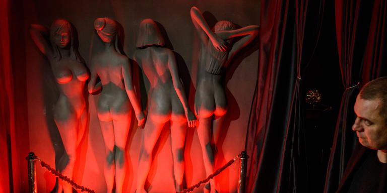Entrée du bar à striptease