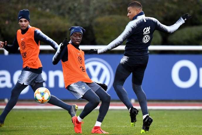 Les joueurs Kylian Mbappe (à droite) et Blaise Matuidi (à gauche) lors d'un entraînement à Clairefontaine (Yvelines).