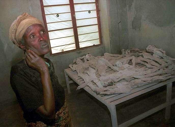 Une survivante des massacres de Murambi pleure devant les restes de ses parents, en novembre 2001, lors d'une visite au mémorial créé sur place.