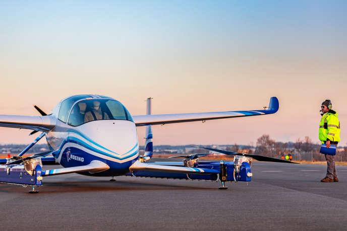 Le PAV (pour Passenger Air Vehicle) est doté de moteurs électriques grâce auxquels il décolle et se pose comme un hélicoptère, mais se propulse dans les airs comme un avion.