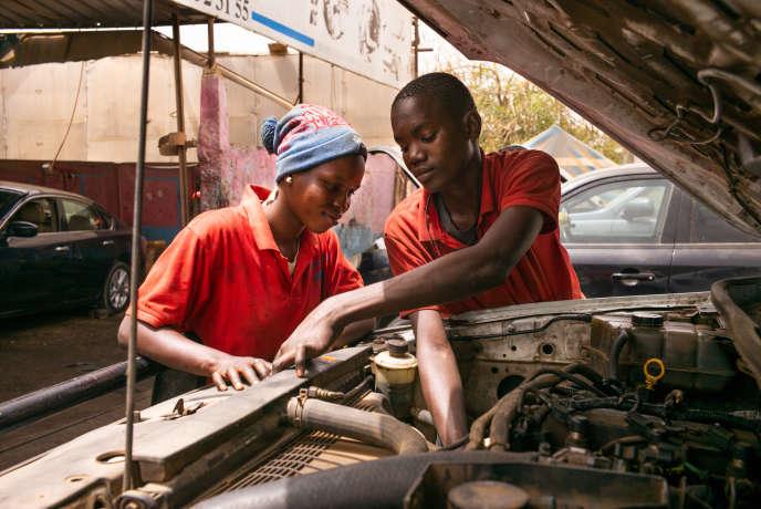 Rokhaya, 20 ans, apprend les rudiments de la mécanique dans le garage Femme Auto, dans la banlieue de Dakar, au Sénégal.