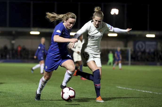 Erin Cuthbert (Chelsea) tente de contrer Emma Berglund (PSG).