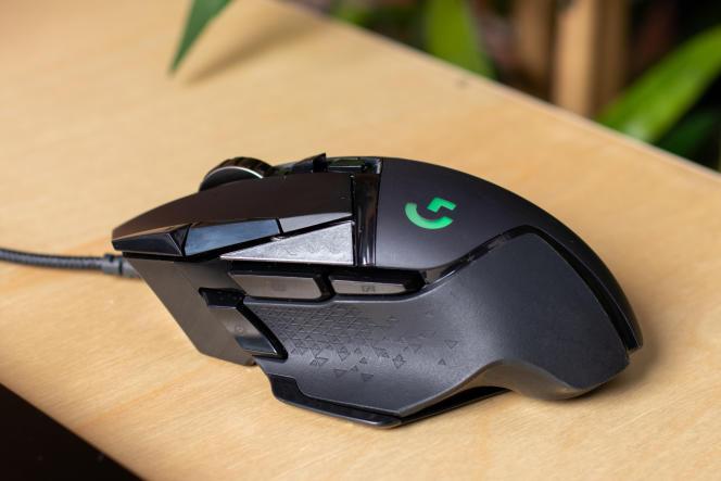 L'esthétique anguleux et futuriste de la G502 divise davantage que le look sobre de la DeathAdder Elite.