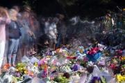 Hommage aux victimes dela tuerie de Christchurch (Nouvelle-Zélande), devant les grilles du jardin botanique de la ville, le19 mars.