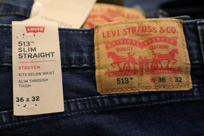 Des jeans Levi's denim dans le magasin Macy's de New York, le 11 mars.