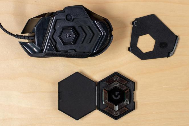 Avec un poids de départ respectable de 121 grammes, la G502 peut devenir encore plus lourde avec les petits poids de 3,6 grammes qu'on peut lui rajouter. Elle peut grimper jusqu'à 139 grammes.