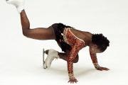 La patineuse française Surya Bonaly chute durant son programme libre aux championnats d'Europe, à Milan, le 17 janvier 1998.