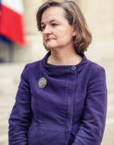 Plantée dans la cour de l'Elysée, Nathalie Loiseau, ex du Quai d'Orsay et patronne de l'ENA depuis trois ans, semble perdue. Que fait-elle ici ? De quoi François Hollande veut-il bien lui parler ? Et puis a-t-elle bien fait de mettre cette veste en moleskine, une toile de coton à l'aspect semblable à celui d'une peau de taupe (d'où le nom, «mole », qui veut dire « taupe » en anglais, et «skin », qui signifie « peau ») ayant tendance à s'avachir inélégamment après quelques semaines d'usage ? Evidemment, non. Surtout dans cette couleur.