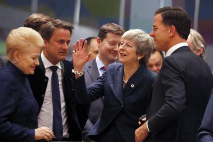 Theresa May en train de plaisanter avec le premier ministre nééerlandais Mark Rutte et la présidente lituanienneDalia Grybauskaite.