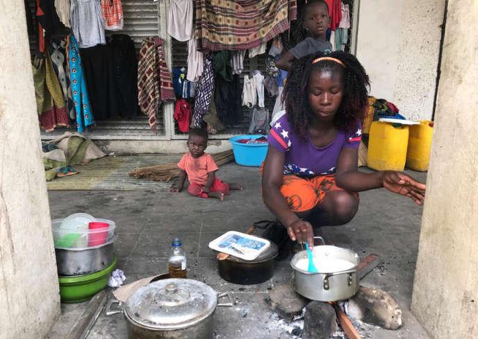Marta Ben prépare un repas sur le trottoir de Beira, le 22 mars.