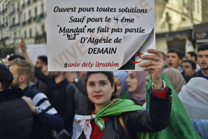 Les étudiants manifestent dans les rues d'Alger, le 12 mars.
