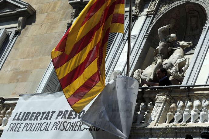 « Liberté pour les prisonniers politiques et les exilés», peut-on lire sur la devanture de la mairie de Barcelone, le 22 mars.