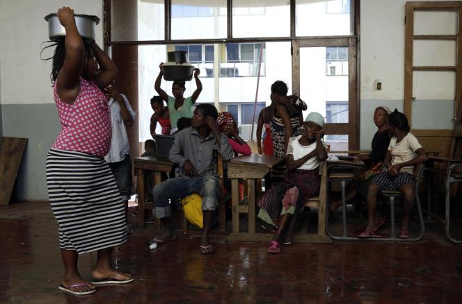 Des familles déplacées dans une école à Beira, le 22 mars.