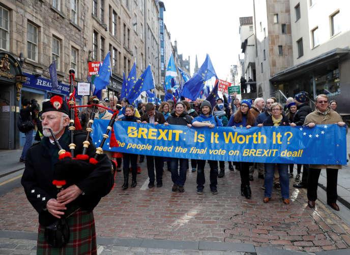 Manifestation pour un nouveau vote sur le Brexit au son de la cornemuse, à Edimbourg, le 24 mars 2018.