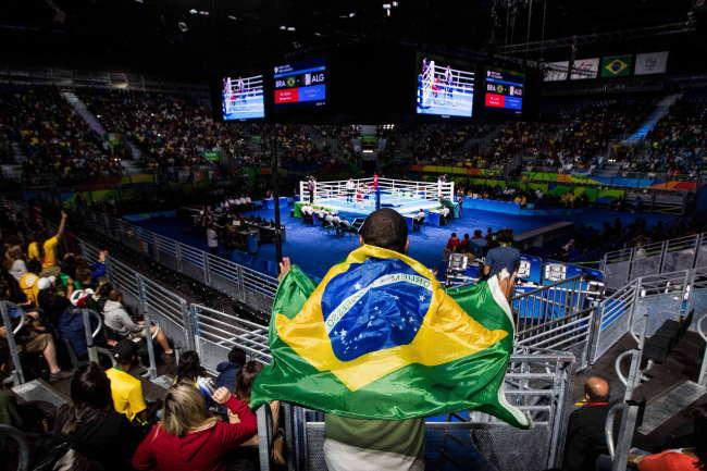 Aux Jeux Olympiques de Rio en 2016, 16 supporters brésiliens applaudissent Robenilson de Jesus, leur favori, dans l'arène Riocentro.
