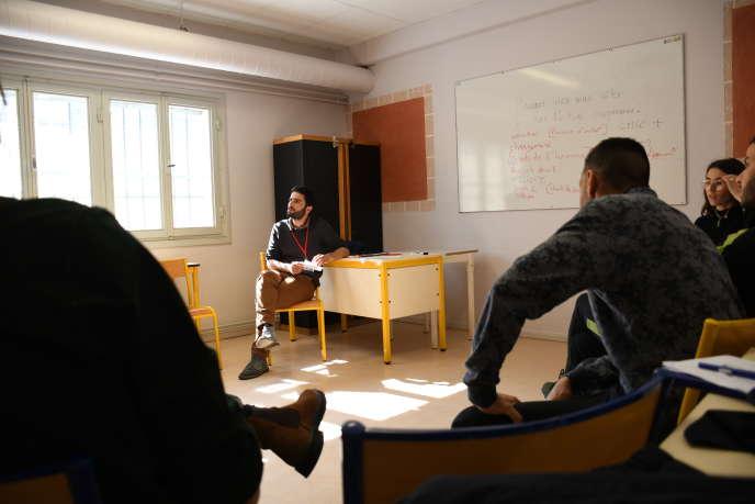 Simon Persico, professeur à l'Institut d'études politiques (IEP) de Grenoble, anime un débat avec des détenus en prévision des élections européennes.