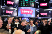 Au centre, le PDG de Levi Strauss & Co, Chip Bergh, lors de l'introduction en Bourse du groupe, à New York, jeudi 21 mars.