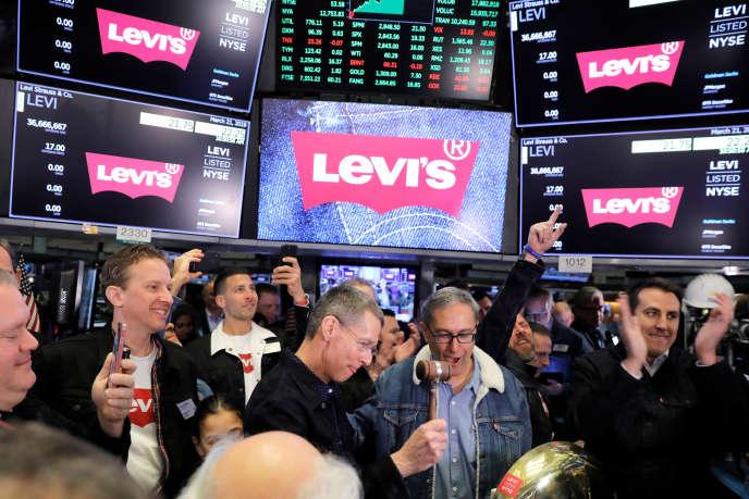 Au centre, le PDGde Levi Strauss & Co, Chip Bergh, lors de l'introduction en Bourse du groupe, à New York, jeudi 21 mars.