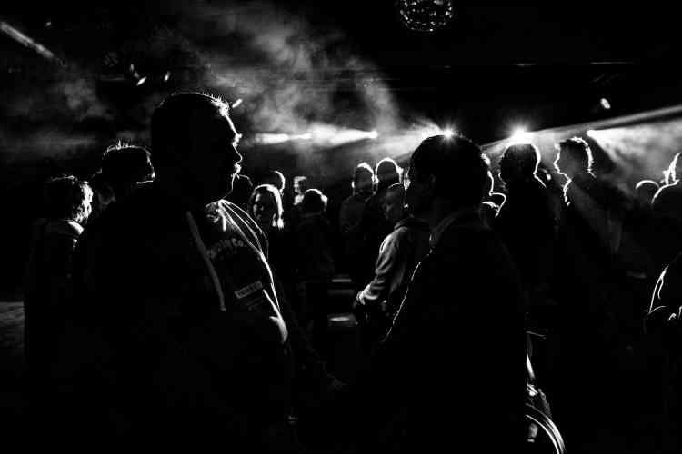 Malades psychiatriques, autistes, sourds, déficients moteurs ou mentaux, fauteuils roulants, démarche traînante ou sourire béat, ce sont près de 300 personnes « différentes » et leurs accompagnateurs qui se pressent ce jour-là pour aller danser et boire des verres (sans alcool). L'euphorie est immense. Barchon, Belgique, en février.