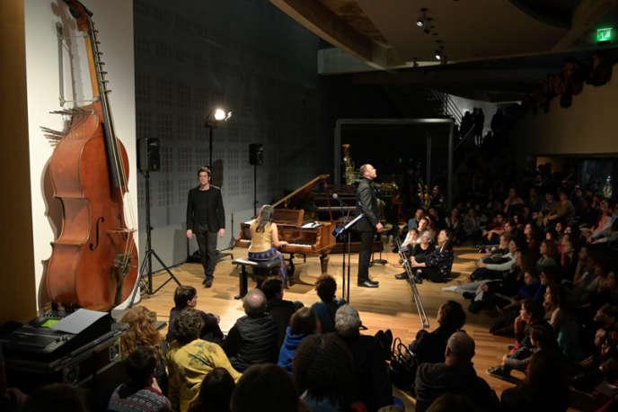 La pianiste Shani Diluka (de dos) et les chanteurs d'oiseaux,Jean Boucault et Johnny Rasse, lorsde la Nuit du Rossignol à la Cité de la musique à Paris, le 21mars.