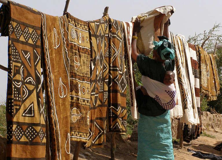 Vendeuse de bogolans à l'embarcadère du ferry sur la rivière Bani, dans les environs de Djenné, dans le centre du Mali.