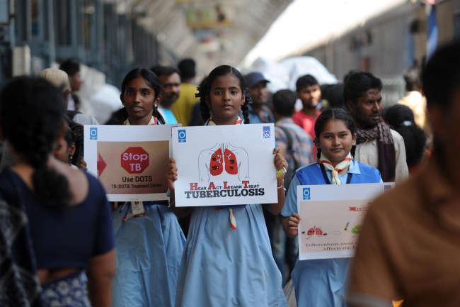 Des écoliers indiens lors d'une campagne de sensibilisation à la tuberculose, le 24 mars 2017, à Chennai, en Inde.