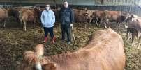 Aurore et Guillaume Fumoleau, dans leur ferme, àBourg-Archambault (Vienne), le 15 mars.