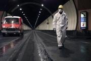 Un membre de la sécurité de ATMB (Autoroute et tunnel du Mont-Blanc) marche, le18octobre 1999 dans une partie du tunnel du Mont-Blanc.