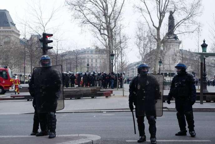 Des policiers mobilisés autour de la place de la République, à Paris, le 23 mars 2019.